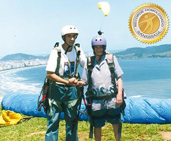 Mais idosa a voar de paraglider