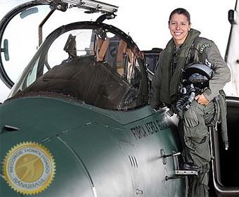 Primeira mulher a pilotar um caça da FAB