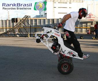 Maior percurso empinando de costas um quadriciclo motorizado