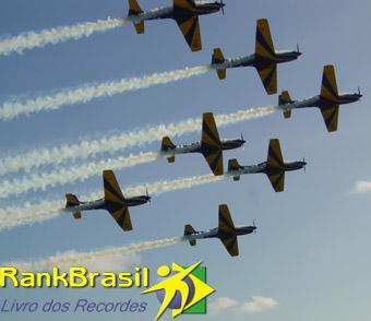 Maior número de aeronaves voando em formação no dorso