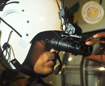 Primeira polícia a usar óculos de visão noturna