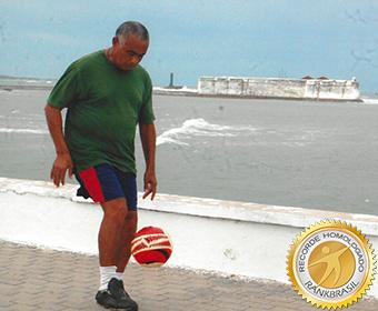 Mais idoso a participar da São Silvestre fazendo embaixadinhas