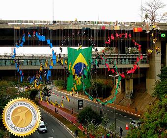 Maior arco olímpico com pessoas suspensas