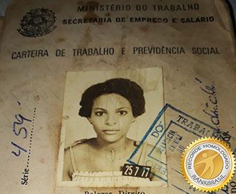 Mulher mais jovem a trabalhar com carteira assinada
