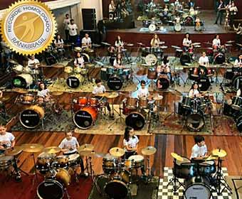 Maior orquestra de bateria infantil