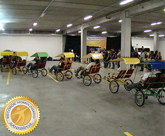 Maior número de pessoas pedalando uma bicicleta articulada