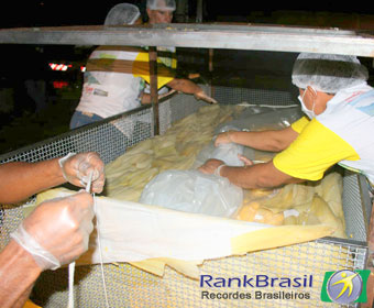 Pamonha gigante de 700kg é distribuída gratuitamente no MT